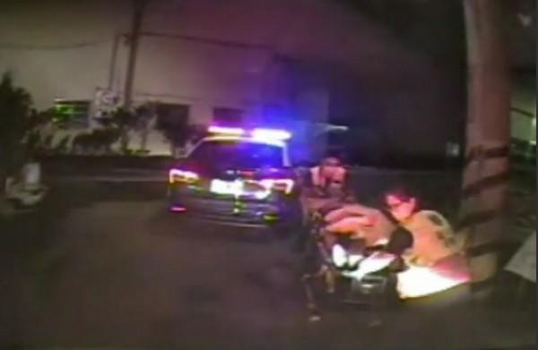 台中大里西湖路一家鐵工廠,昨晚傳出槍擊案,一名洪姓男子頸部中彈卡在胸腔、意識模糊,消防人員緊急送醫急救。(警方提供)