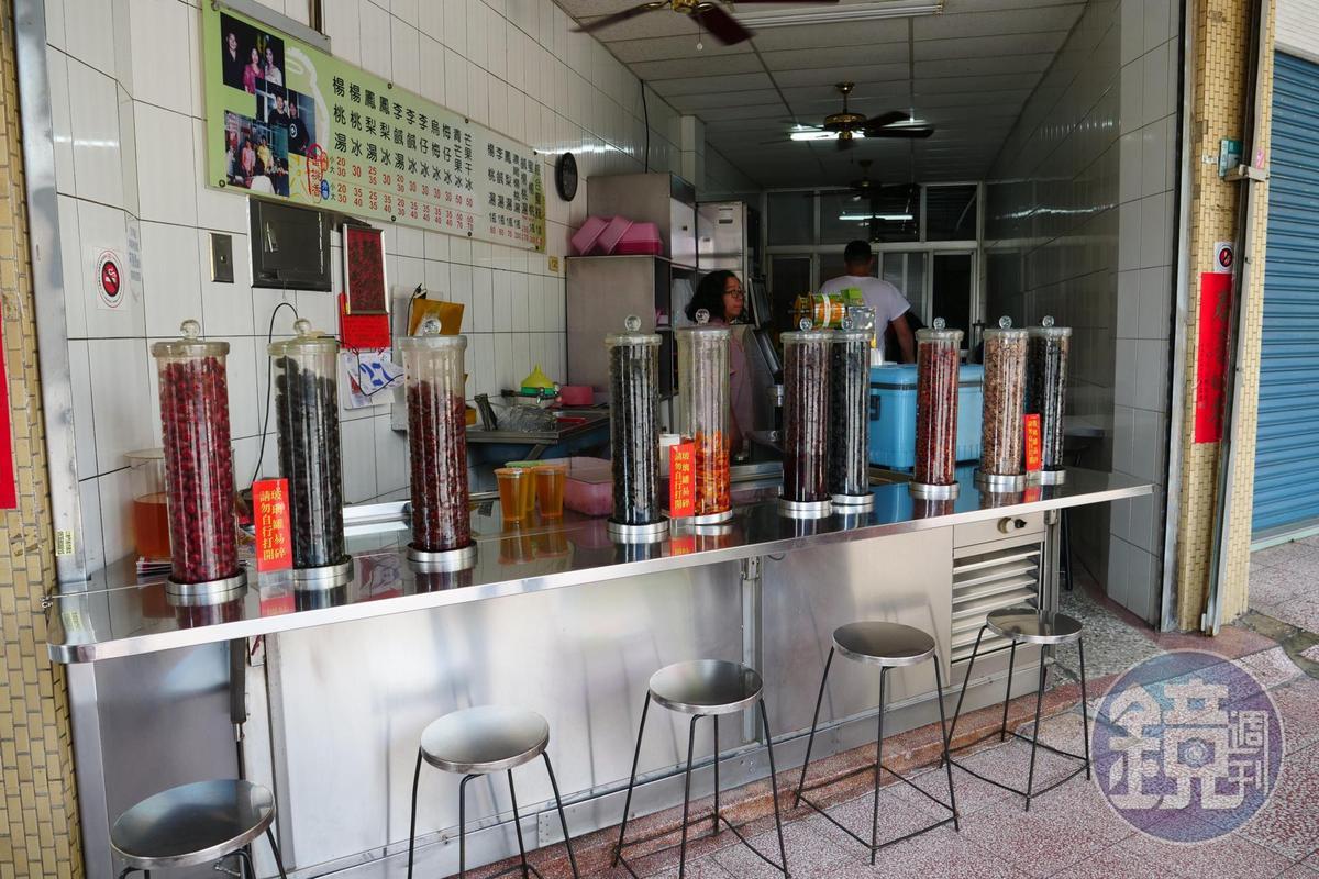 「蜜桃香」環境光潔,小吧台上擺滿一管管蜜餞。