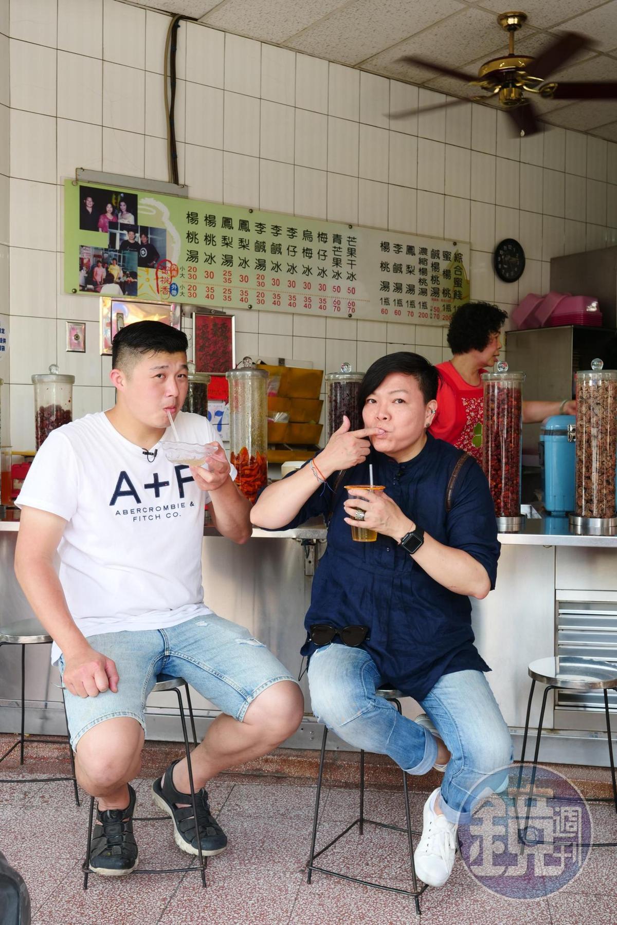 李姝慧(右)小時候感冒鎖喉必來「蜜桃湯」報到。