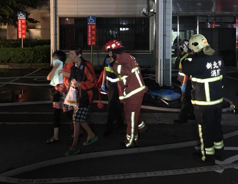新莊區的衛福部台北醫院凌晨傳火警,火勢一發不可收拾。(消防局提供)