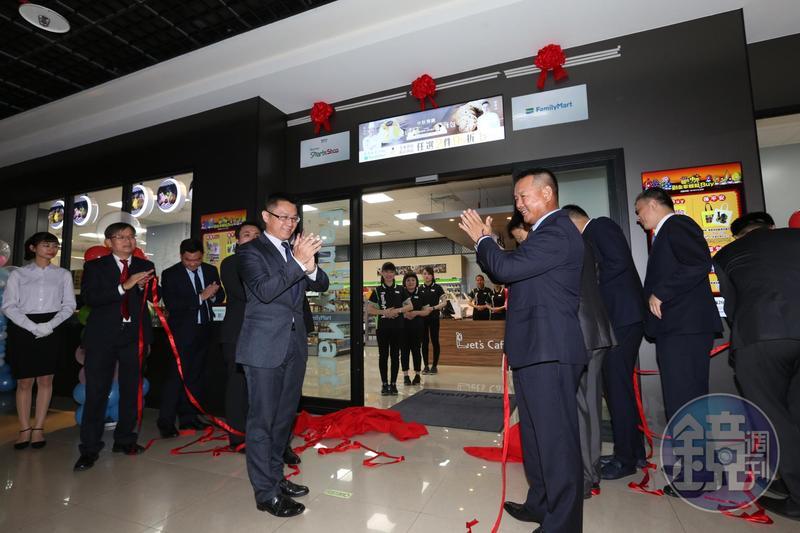 全家與群創合力開設智能商店,雙方高階主管都現身揭幕記者會。