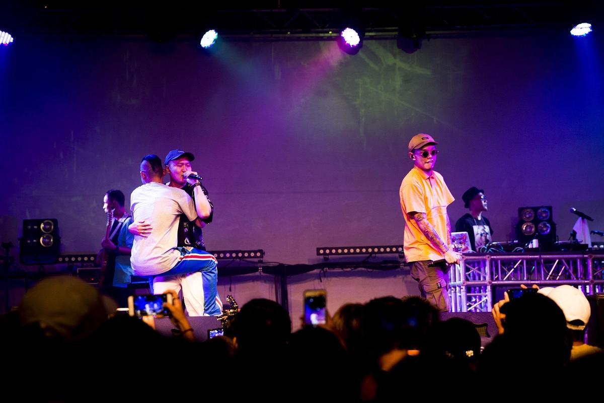 草屯囝仔昨在台北華山Legacy,舉辦「為此時而唱」演唱會。(混血兒娛樂提供)