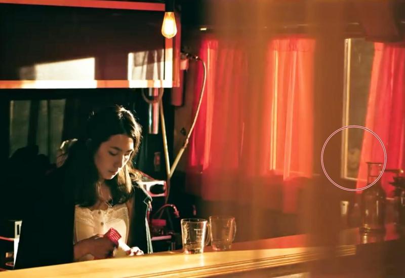 〈愛我你會死〉的MV,被眼尖粉絲指出在1分9秒處有「鬼影」。(混血兒娛樂提供)
