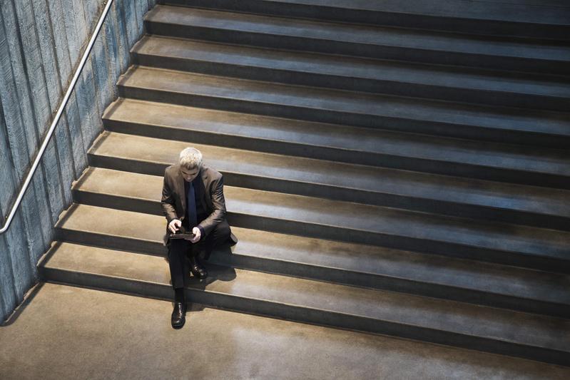通訊發達,現代人卻比往昔更感到寂寞。(東方IC)