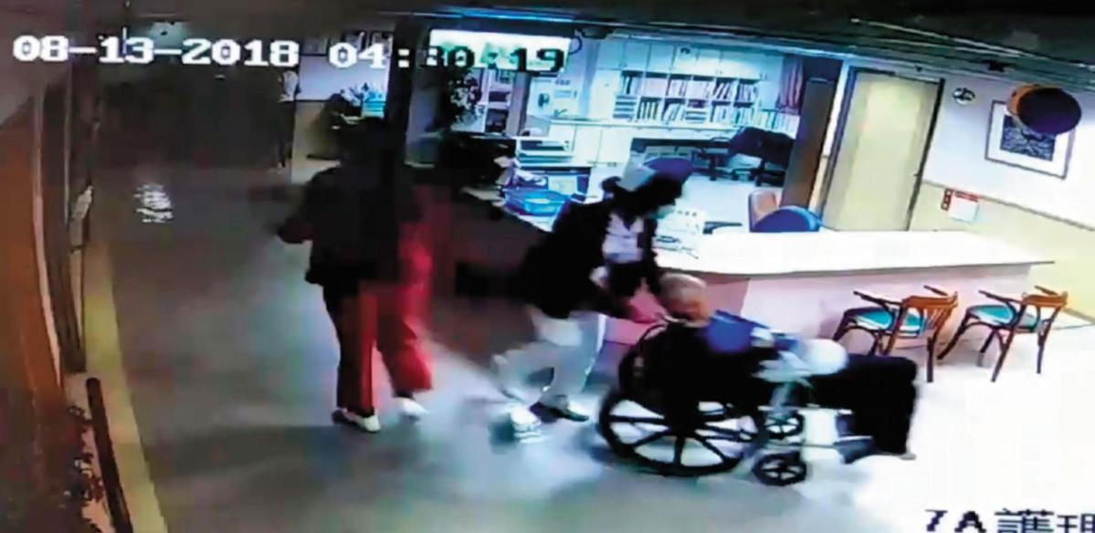 08-13-201804:30:19,火警發生時,護理人員以輪椅緊急將病患撤離。(翻攝畫面)