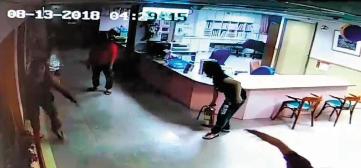 08-13-201804:29:15,醫院監視器拍到火警發生當下,有人手持滅火器準備滅火。(翻攝畫面)