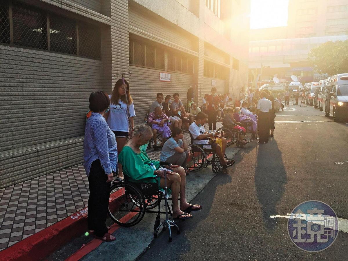 衛福部台北醫院7樓的安寧病房區發生火警,院區病患緊急撤離到戶外。