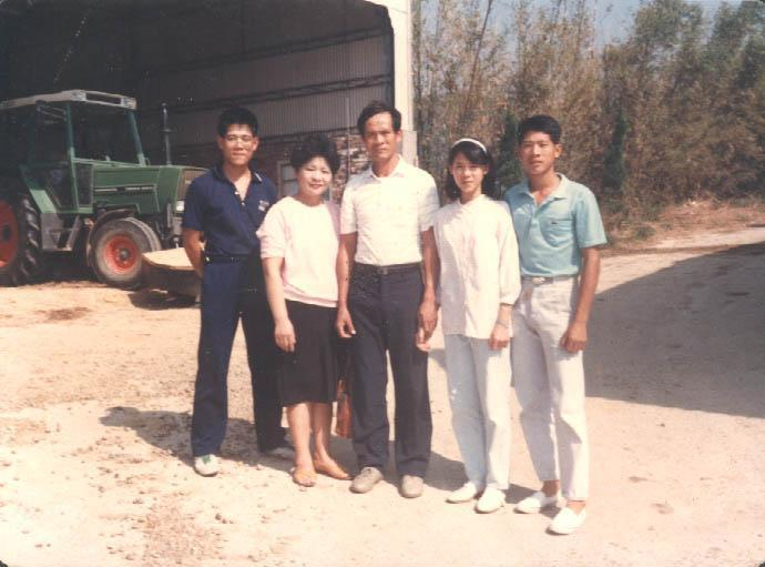 當年在妻子吳孫碧珠(左二)的鼓勵下,吳敦瑤(中)幾乎是拋家棄子赴美受訓學養牛,靠吳孫碧珠的微薄薪水拉拔3個孩子。(飛牛牧場提供)