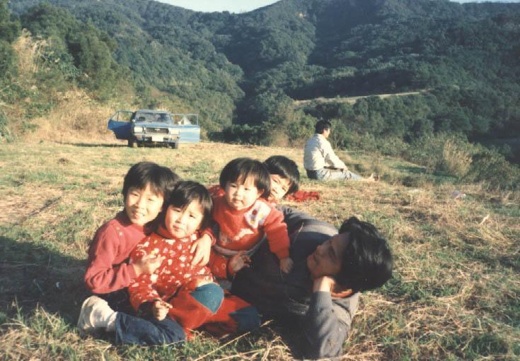 施尚斌(右一)育有4千金,養牛需要人力壯丁,他只好另培養徒弟幫忙。(飛牛牧場提供)