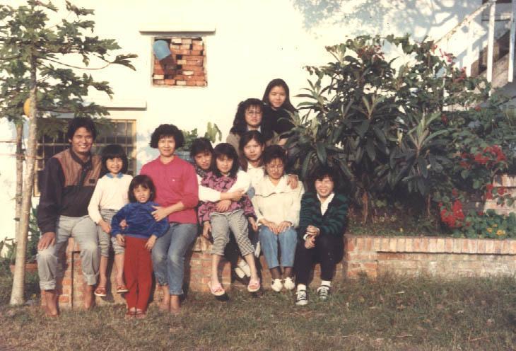 邱碧花(左四)從書香世家嫁入農家,一路走來,陪伴丈夫施尚斌(左一)吃了不少苦。(飛牛牧場提供)