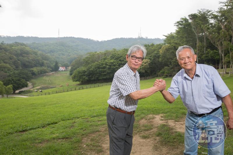 吳敦瑤(右)與施尚斌(左)是第一批公費赴美學習養牛青年,返台後在苗栗通霄開墾中部青年酪農村,後轉型休閒觀光,打造飛牛牧場。