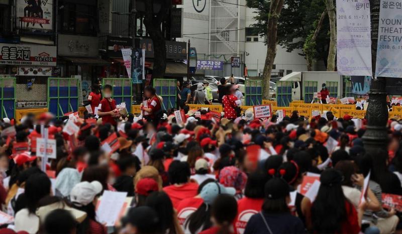 今年5月起,首爾每個月都聚集數萬人走上街頭,抗議政府對偷拍案件處置消極。(翻攝自Pablo Maillé TWITTER)