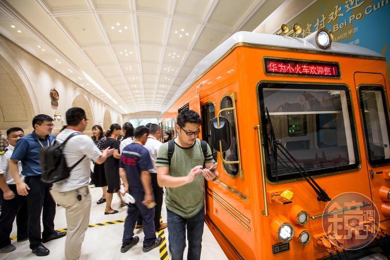 為了接駁員工,華為在總部內蓋了一條5.6公里的鐵路,用小火車繞行接送,沿途停靠讓員工上下車。