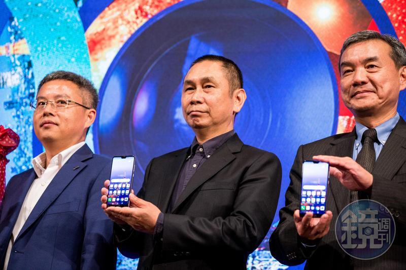 大立光董事長林恩舟(中)親自站台力挺華為首創的3鏡頭手機。