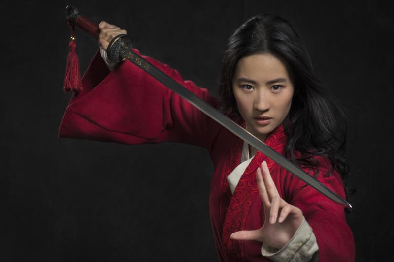 迪士尼真人版電影《花木蘭》選中劉亦菲飾演代父從軍女英雄花木蘭,她的扮相秀美中帶著颯爽英氣,相當值得期待。(台灣迪士尼提供)