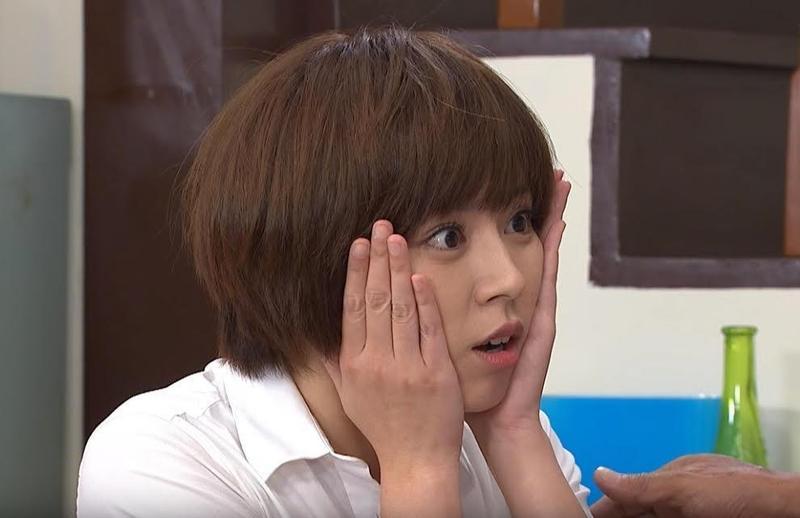 王瞳在《大時代》剪香菇頭超年輕登場。(民視提供)