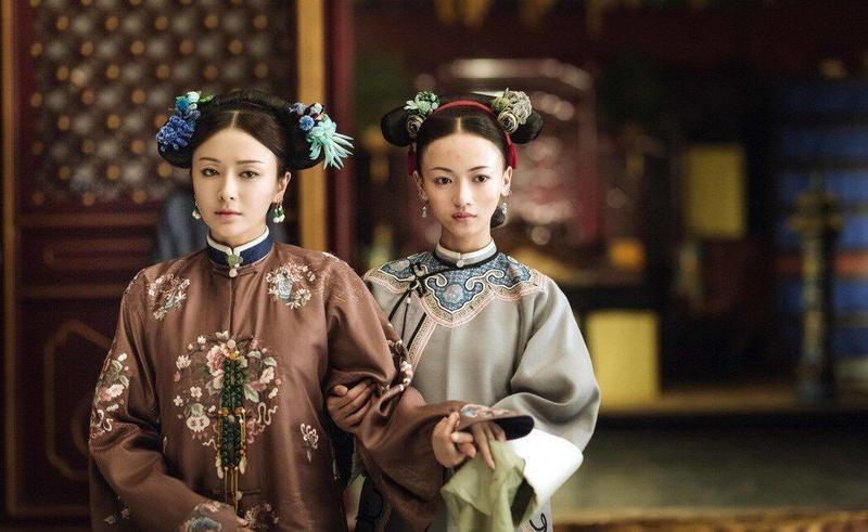 富察皇后(左)希望魏瓔珞能好好做自己,其實也是自己在深宮種種桎梏下的投射。(愛奇藝提供)