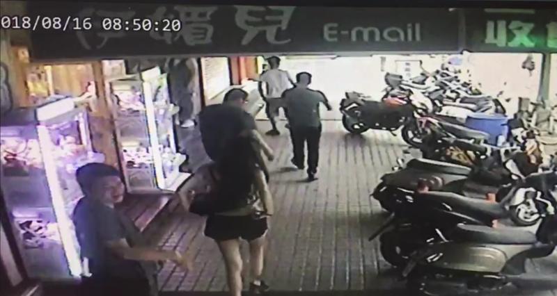 林森北路酒醉男子失序踹店家招牌而引起群毆衝突,遭警方依社維法進行裁處。(警方提供)