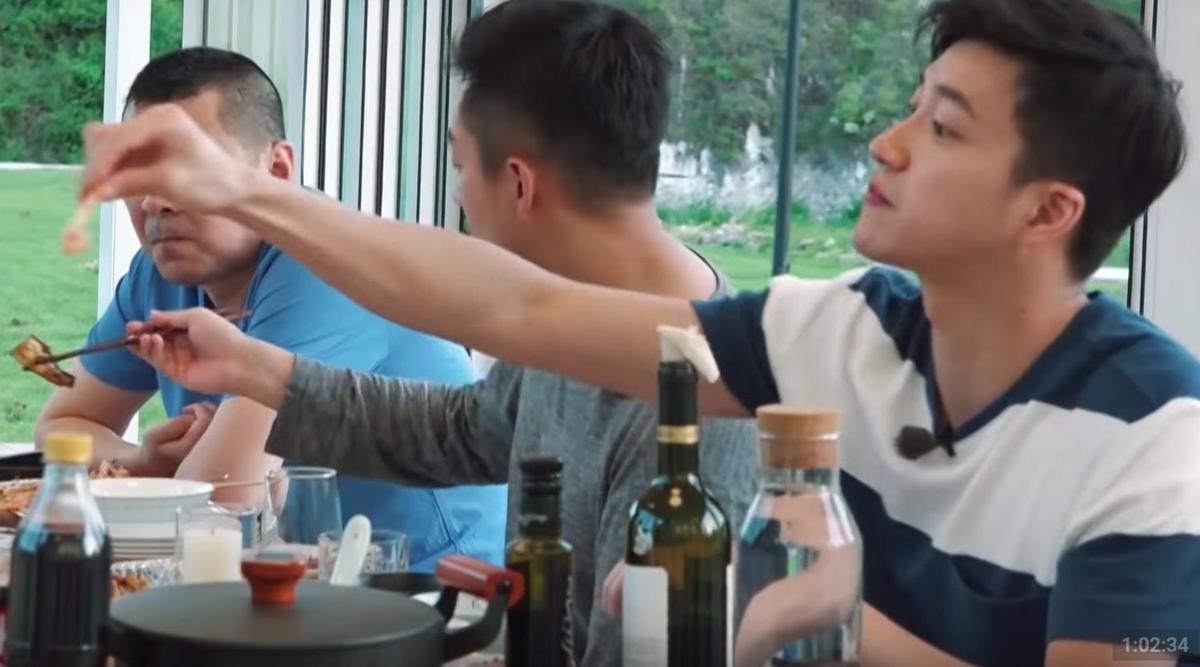 江宏傑則是抓緊放閃機會2度餵蝦,讓福原愛驚呼「下雪嗎?明天。」(翻攝自YouTube)