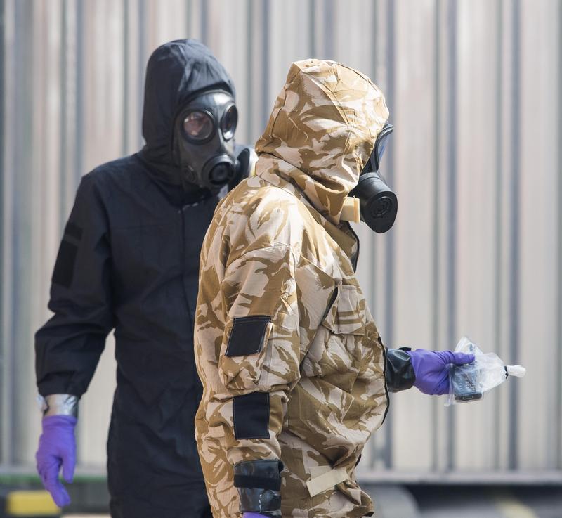 穿著防護衣的專家們在史克里帕爾曾經出入的地點進行蒐證。(東方IC)