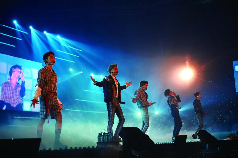 出道10年的SHINee推出演唱會DVD,收錄離世的鐘鉉在舞台上的炫目身影。(avex taiwan提供)