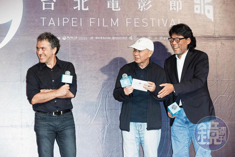 2017台北電影節「國際新導演競賽」頒獎典禮,主席李屏賓(右)和導演侯孝賢(中)上台頒獎。