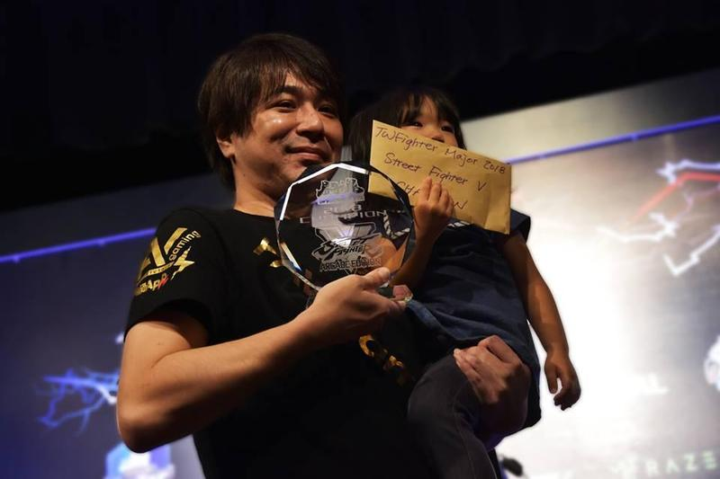 Sako在「鬪魂2018」奪下《快打旋風5-大型電玩版》冠軍,賽後開心與女兒合照。(圖:翻攝自TWFighter 台灣格鬥遊戲社群官方臉書)