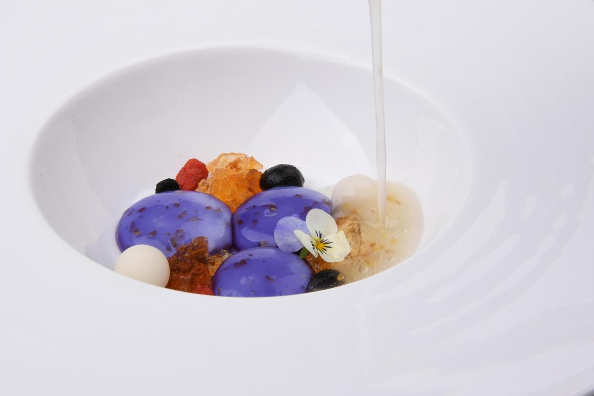 「大蔬無界」餐會上吃得到的甜點「黑枸杞藕粉凍 手工桂花釀」。(「Orchid Restaurant 蘭」提供)