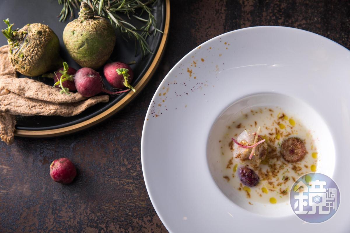 「L'ARÔME 法式餐廳」主廚方柏儼以「各式狀態的蘿蔔」料理成「白玉濃湯、老蘿蔔、干貝、燉蘿蔔」,濃湯細緻,甜中帶辛味。