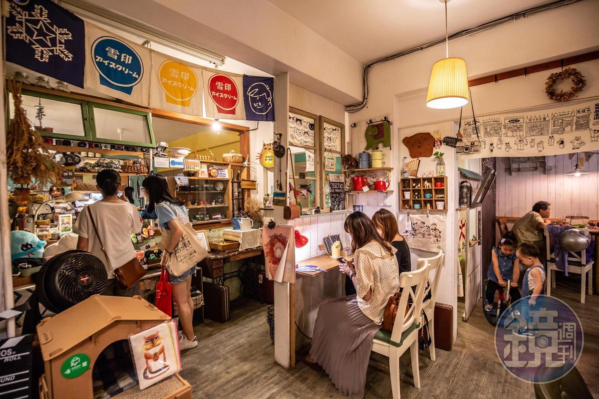 店內有明信片、食器、手工皮件等各式雜貨。