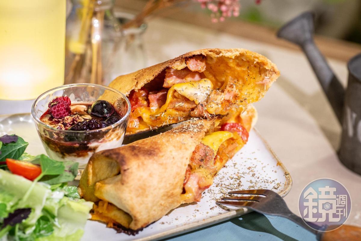 「香草雞肉私藏捲餅」的外皮脆口,雞肉香嫩,莎莎醬汁頗開胃。(170元/份)