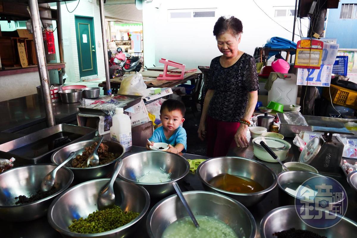 姨婆在南園街市場擺攤已42年,隔壁家的小朋友也識貨來吃。