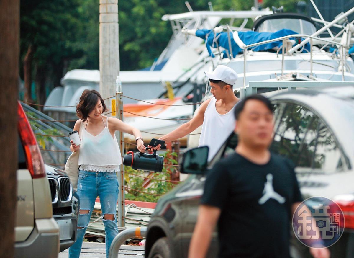 16:08,柯震東跟辣妹的互動非常親暱,他過往跟女生之間的肢體互動本來就很沒距離。