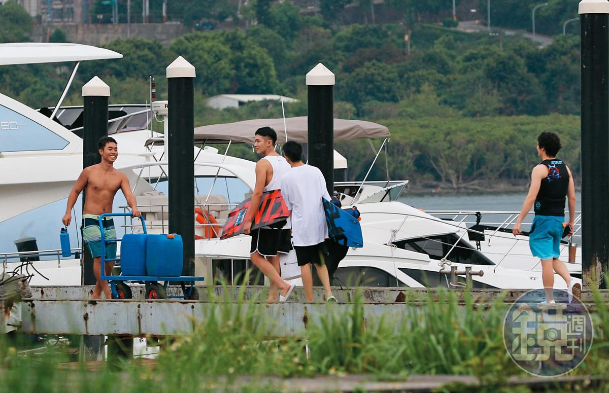 16:45,一群人浩浩蕩蕩去海邊,搭配畫面上的船,感覺是開船趴。