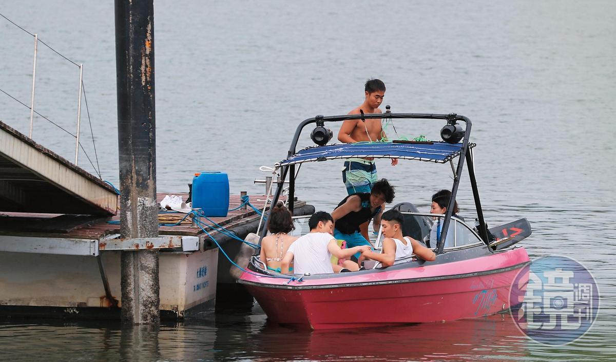 16:50,柯震東(後排右)搭的原來不是那艘白色遊艇,難得野外船趴,看來有點陽春,背景音樂很適合搭〈採紅菱〉或〈快樂的出帆〉。