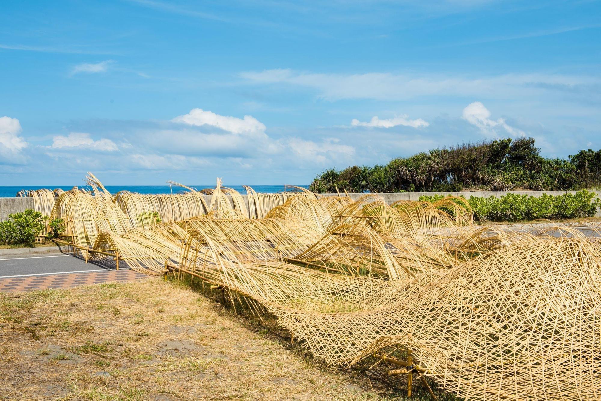 藝術家游文富的作品「南方向量」,從陸地蔓延海洋,述說著南風指向。(圖片提供/山冶計畫)