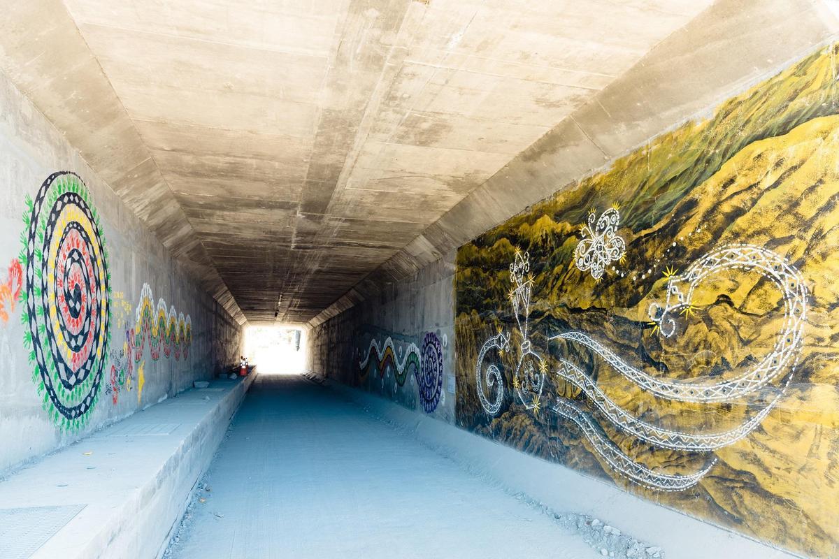 台東卑南族藝術家見維巴里於涵洞中的創作「祢 那邊」。(圖片提供/山冶計畫)