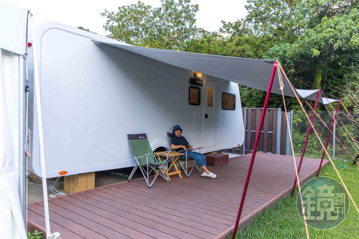 每個露營車外都有遮雨棚與戶外平台。