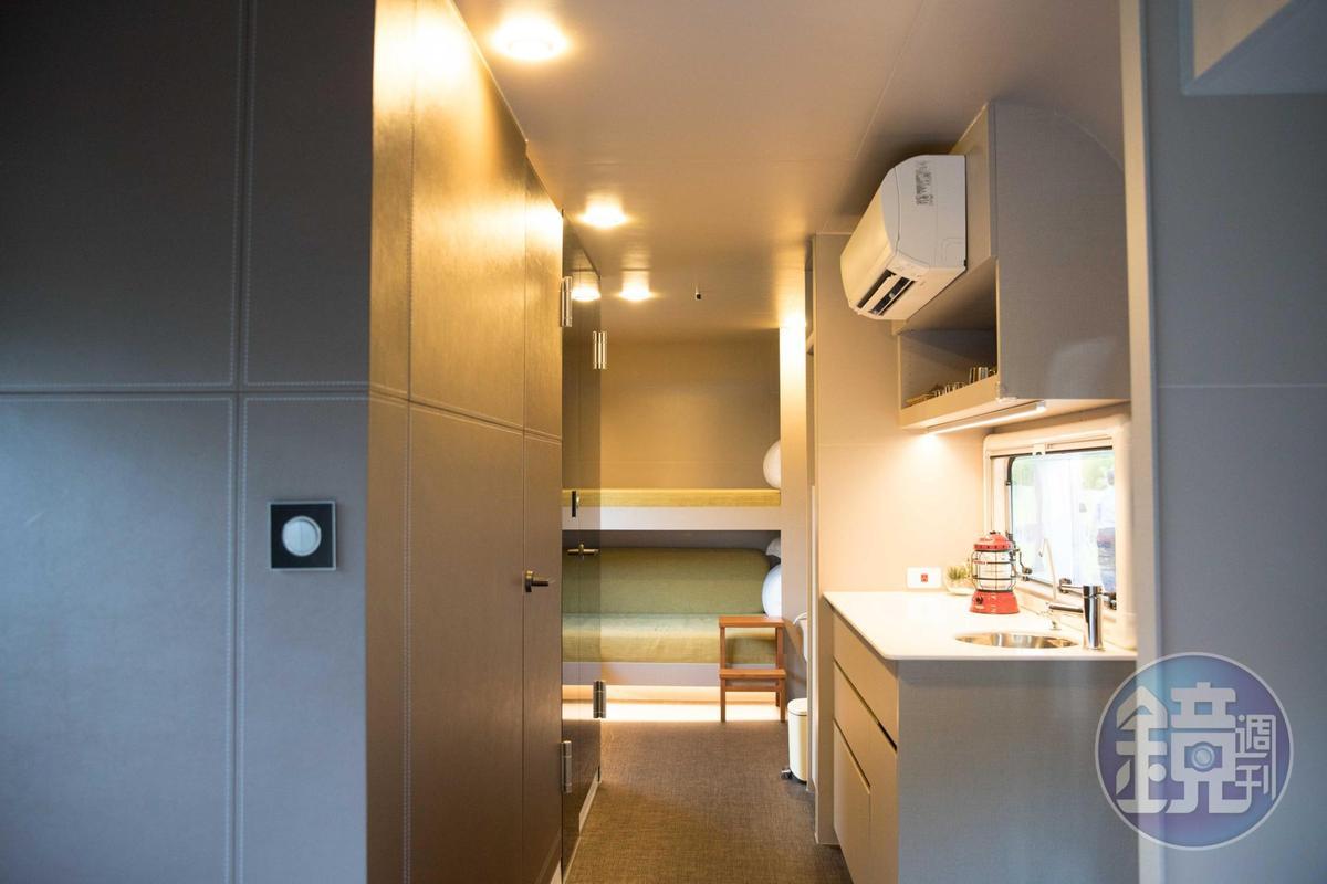 也有上下舖的房型,內部還有流理臺和獨立衛浴空間。
