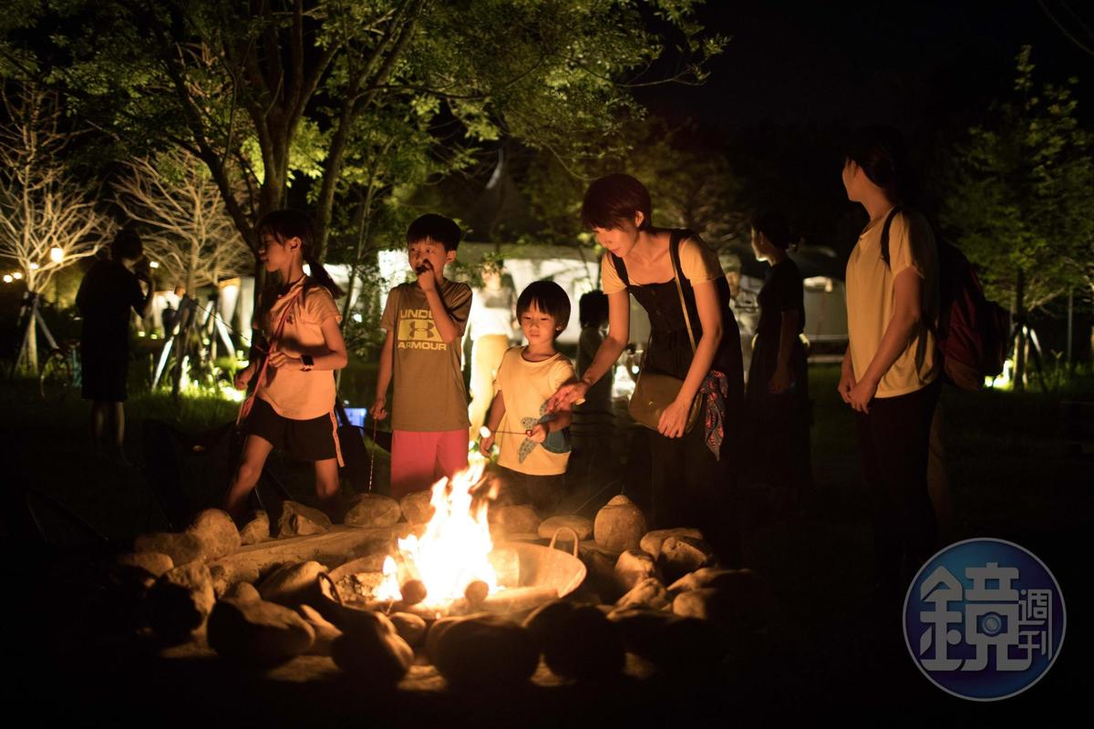大人小孩一起享受圍著火烤棉花糖的時光。