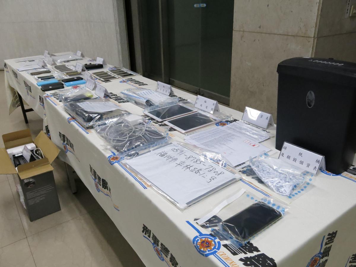 警方埋伏多日後一舉搗破他們設立的詐騙機房,還查獲多項詐騙證物。(刑事局提供)