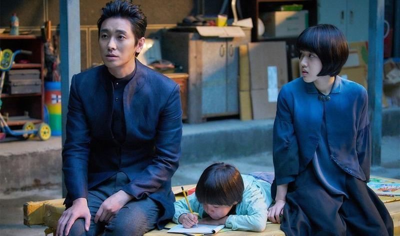 金容華在《與神同行:最終審判》裡藉鄭智薰(中)的孤兒領養問題,反映韓國存在多年的社會現象。(采昌國際多媒體提供)
