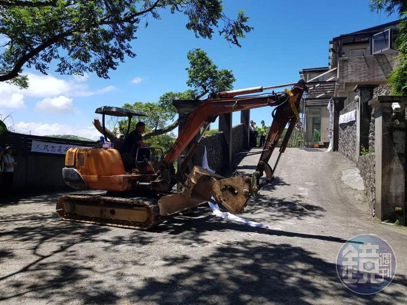 8月時,士院找來重型機具及工人準備拆除部分違建。