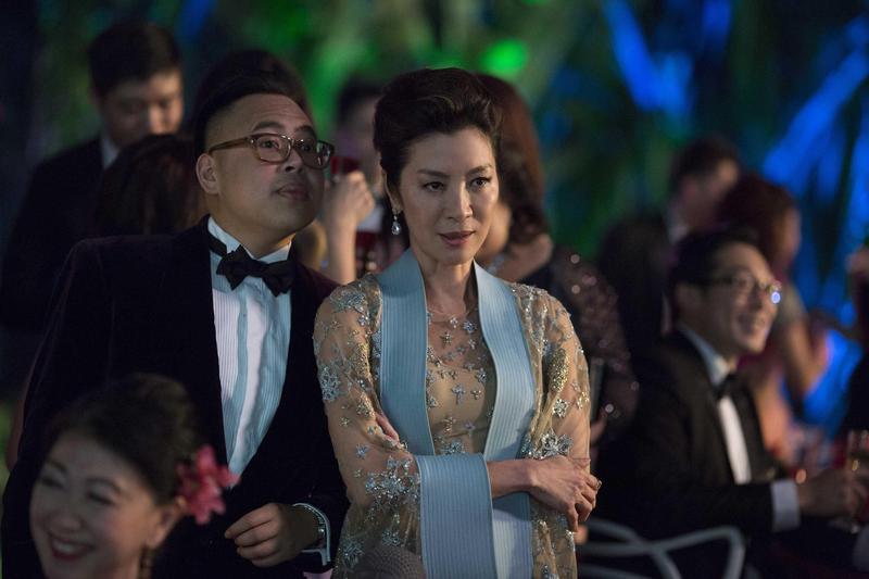 楊紫瓊(中)在《瘋狂亞洲富豪》飾演楊家的長媳艾蓮娜,家裡的大小事都要她點頭同意,婚事也不例外。(華納兄弟提供)