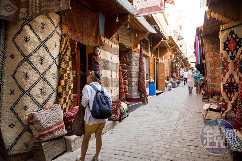 非斯古城裡,有許多手工藝品攤販。