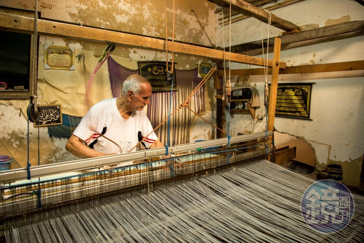 另一頭巷內,也有紡織工藝師正在工作。