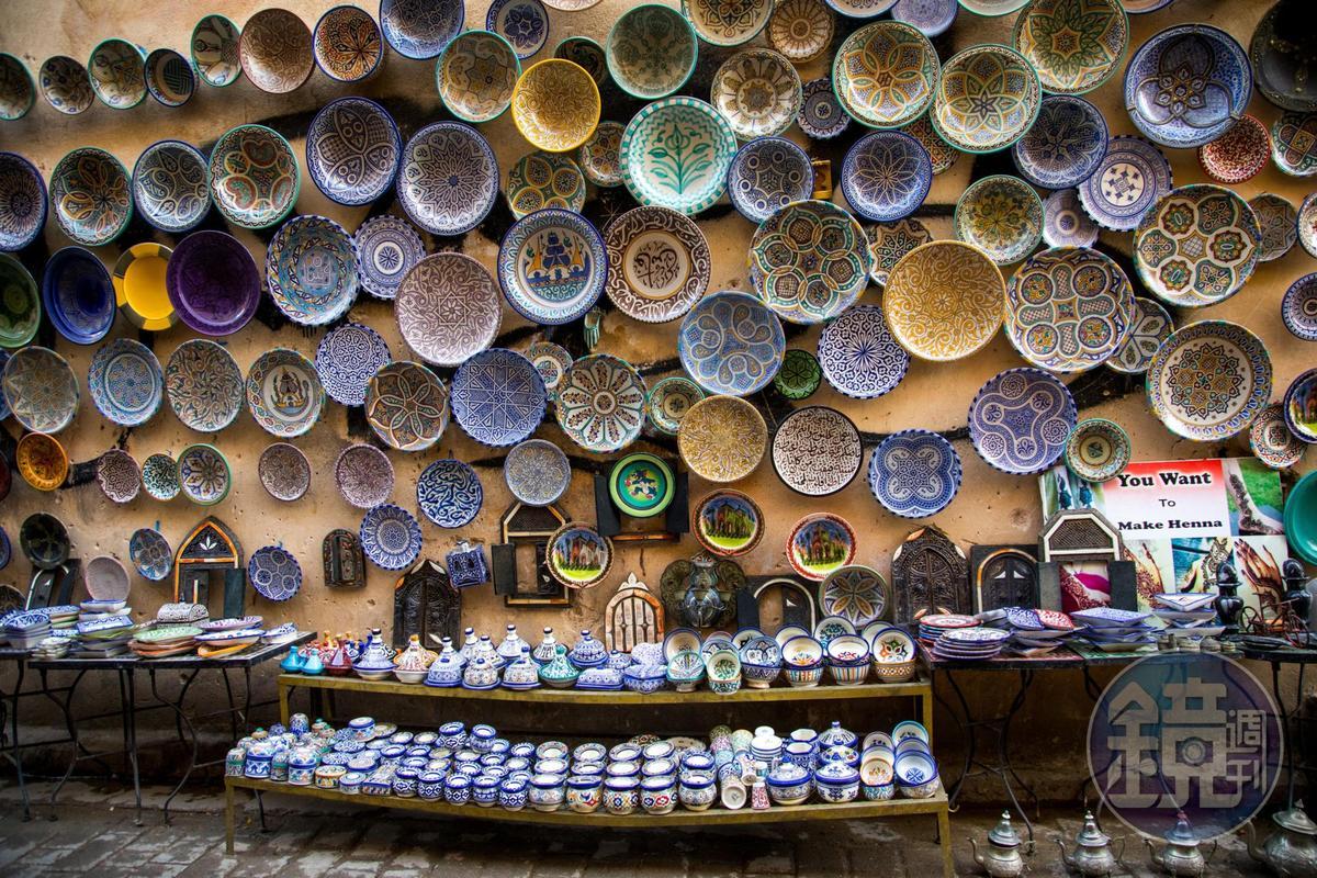 整個牆面上,全都是美麗的杯盤。