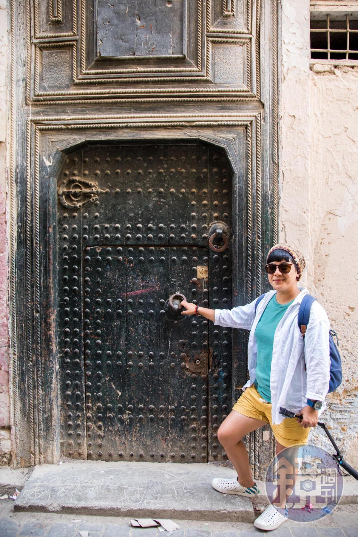 古城內的門有分上下門把,上層是以前騎馬時敲門用,下層則為行人使用。
