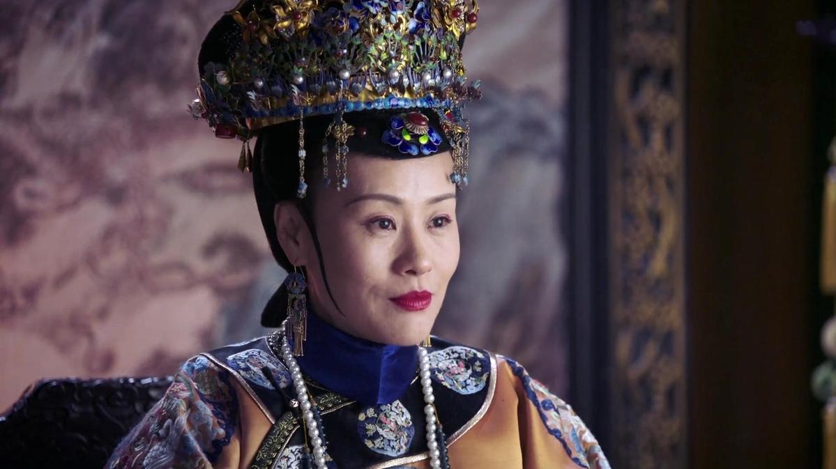 《如懿傳》美術造型色彩斑斕,不少人覺得過於俗豔,圖為鄔君梅飾演的皇后。(愛奇藝台灣站提供)