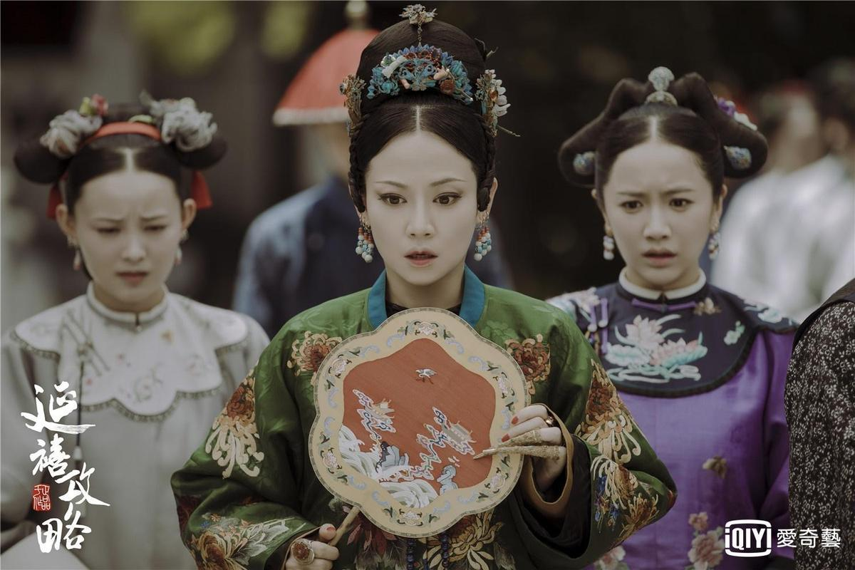譚卓飾演的高貴妃(中)聲音表情靈動,是《延禧攻略》最先搞宮鬥的人。(愛奇藝台灣站提供)